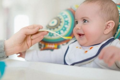 bebeğine yemek veren kadın