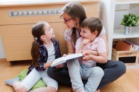 çocuklara kitap okuyan kadın