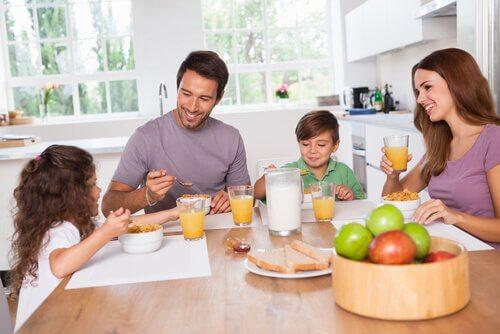 kahvaltı eden aile