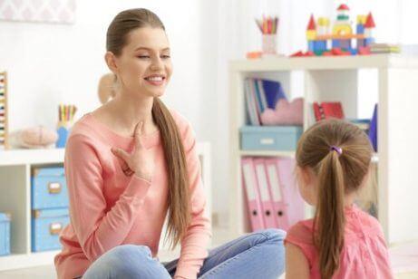 kızıyla oturan kadın