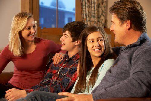 Sohbet eden anne baba ve çocuklar