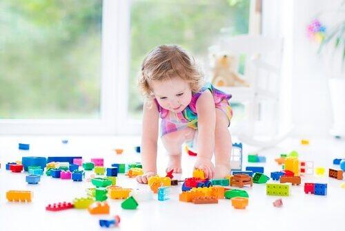 lego oynayan çocuk