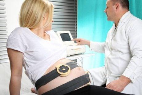 muayene olan hamile kadın