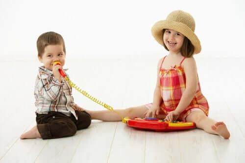 Oyuncak mikrofonla oynayan çocuklar