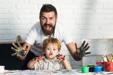 boya yapan baba ve çocuk