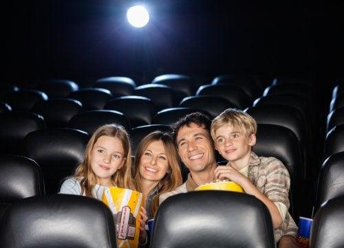 sinema salonunda film izlemek