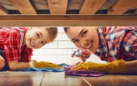 temizlik yapan anne kız