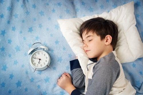 uyuyan çocuk ve saat