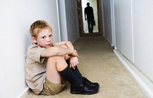 koridorda yerde oturan çocuk