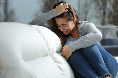 Saçlarını tutarak ağlayan kız