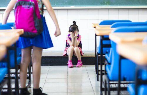 okulda ağlayan kız çocuğu