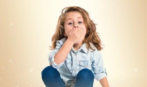 Şaşkınlıkla ağzını kapatan çocuk