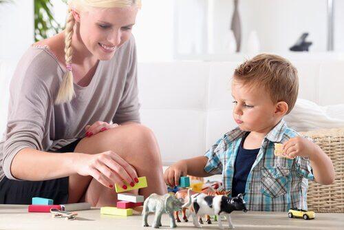 güvenlik kuralları eğitimi veren anne