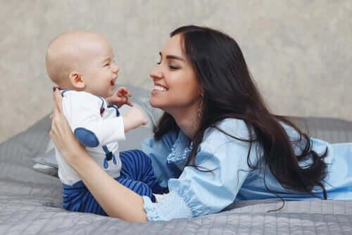 Anne ve bebek gülüyorlar