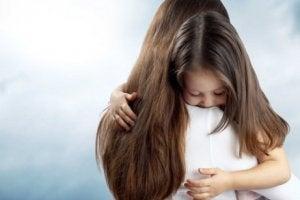 Uzun saçlı annesine sarılan kız