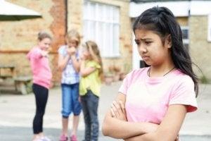 Yaşıtlarınca kabul görmeme sorunu yaşayan kız
