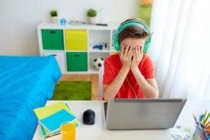 Teknolojinin çocuklar üzerindeki etkisini belli eden bunalmış çocuk