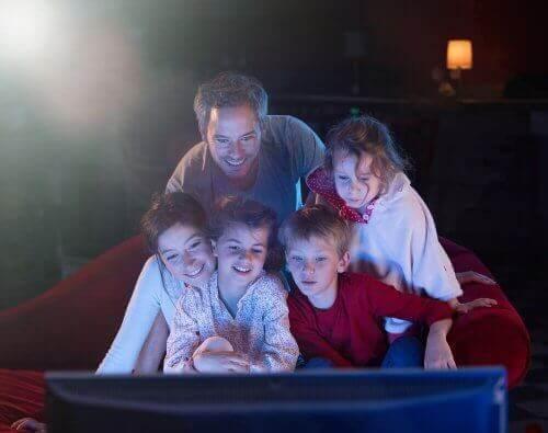 Birlikte televizyon izleyen beş kişilik aile
