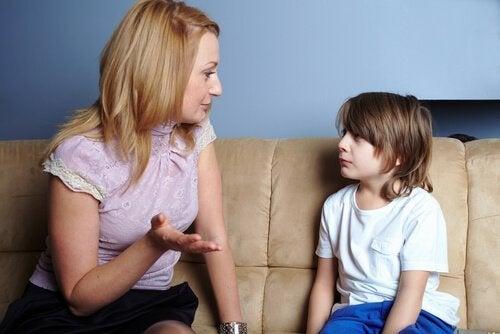 Koltukta çocuğuna bir şeyler açıklayan anne