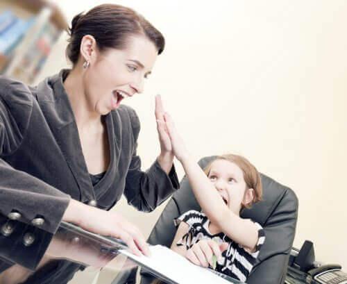 Özgüvene sahip çocuk yetiştirmiş çocuğunu takdir eden anne