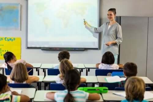 Dijital tahtada ders anlatan öğretmen