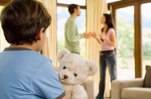 ebeveynleri kavga eden çocuk