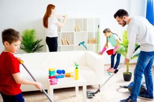 Ev işleri yapan aile