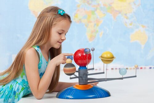 Makette gezegenleri inceleyen kız