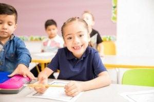 İlkokul eğitiminin başlaması ile okula gelen mutlu kız