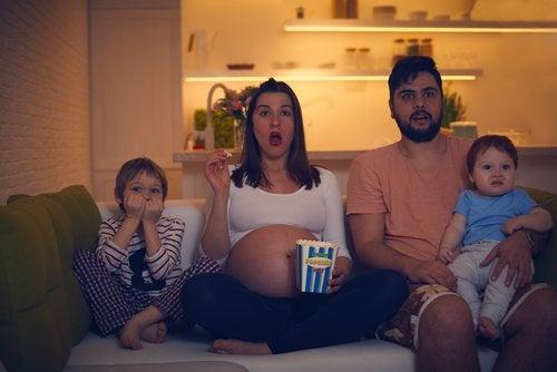 Mısır yiyip film izleyen dört kişilik aile