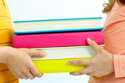 Çocuklar için bilim ile ilgili kitaplar taşıyan çocuklar