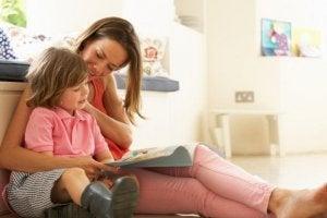 Kızıyla okuyan anne