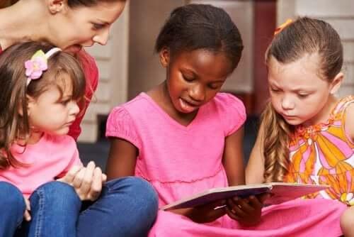 Öğretmenleriyle okumayı öğrenen çocuklar