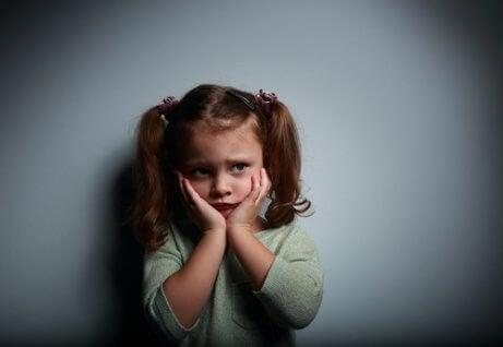 Başarısızlık korkusu ile yüzünü tutan çocuk