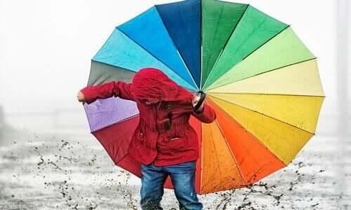 Renkli şemsiye ve çocuk