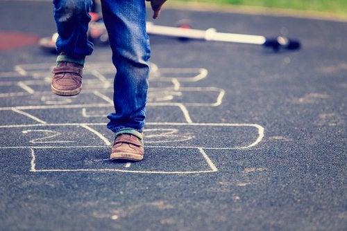 Sokakta seksek oynayan erkek çocuk