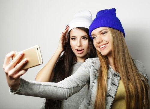 Ergenlikte benmerkezcilik örneği olarak sürekli selfie çeken gençler