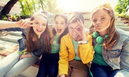 Parkta poz veren üç kız bir erkek