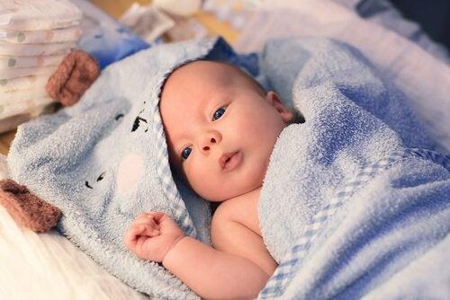 uykudan uyanmış bebek