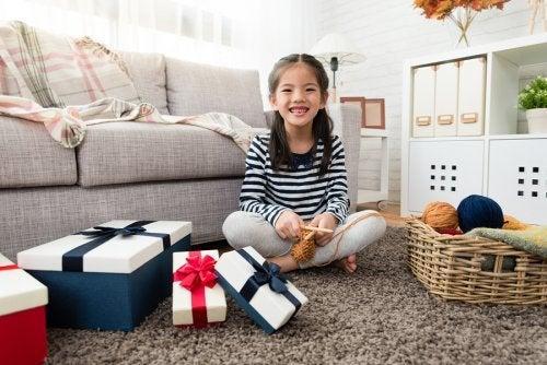 hediye paketlerini açan kız