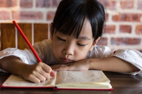 yazı yazan kız