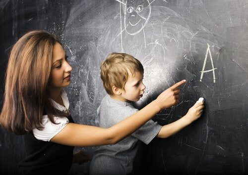 yazmayı öğrenen çocuk