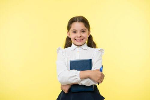 okula giden kız