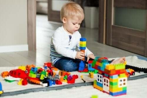 legolarla oynayan çocuk