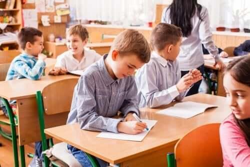 sınıfta çalışan çocuklar
