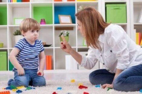 Yaramazlık yaptığı için annesi kızan çocuk