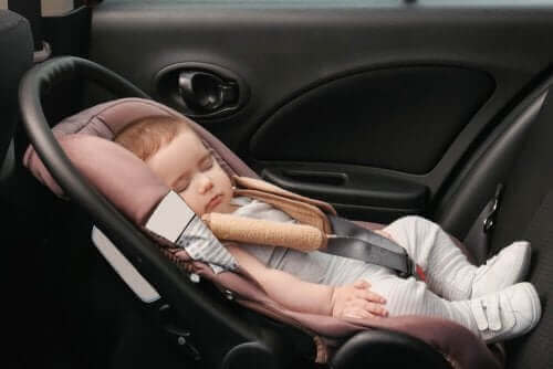 arabada uyuyan çocuk