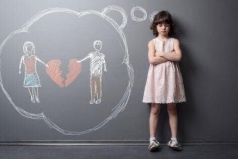 Ayrılan ailesini düşünen çocuk