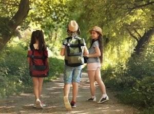 Çantalarıyla kampa giden çocuklar