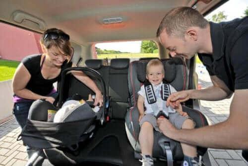 çocuğunu arabaya oturtan aile